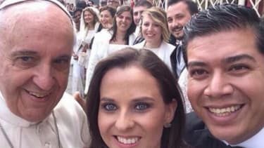 Pope Francis ditches Popemobile to pose for selfies