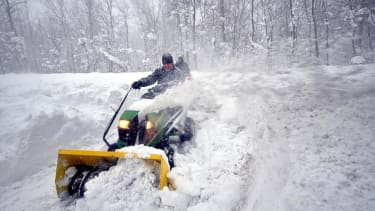 Snowstorm threatens Thanksgiving travel on the East Coast
