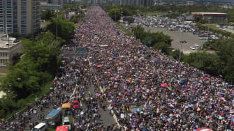 Protesters on Expreso Las Américas highway.