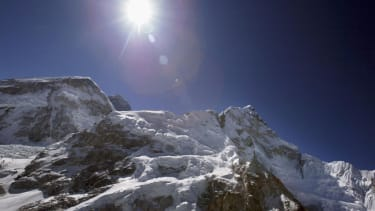 6 Nepalese guides dead, 9 missing after Mount Everest avalanche