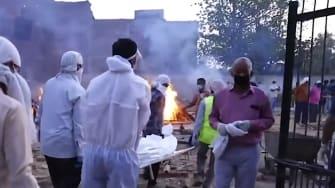 India cremates COVID-19 victims