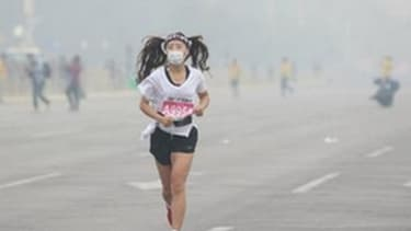 Runners 'give up' on Beijing marathon due to intense smog