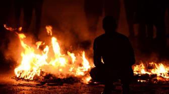 Iraqi protesters burn tires