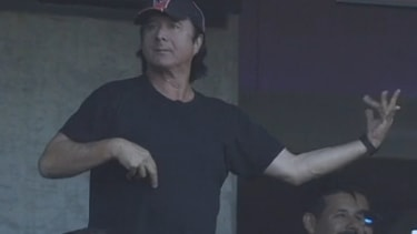 Journey frontman leads Giants fans in 'Don't Stop Believing' sing-along, complete with air guitar