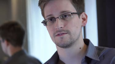 Snowden asks Russia to extend his asylum