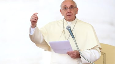 Pope Francis calls for 'urgent' end to Syrian civil war on first day of Middle East trip