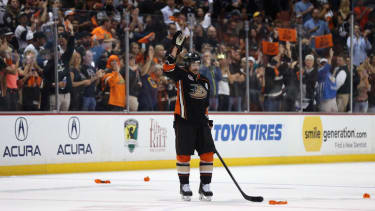Players, fans give hockey legend Teemu Selanne incredibly touching tribute after his final game