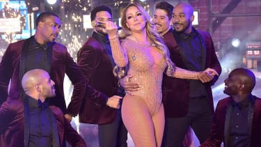 Mariah Carey gives up during New Years Eve performance