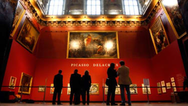Young pickpocketers are targeting the museum's English-speaking tourists.