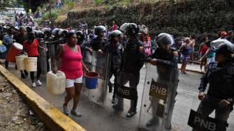 Venezuelans walk to get water amid blackouts