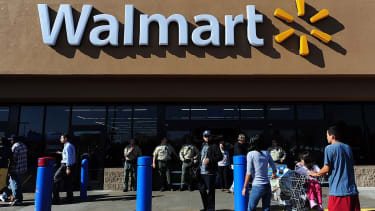 Walmart is rolling out discounts to compete with Amazon.
