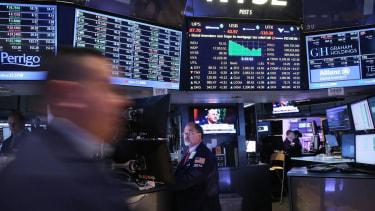 U.S. stock markets close with fifth straight week of gains