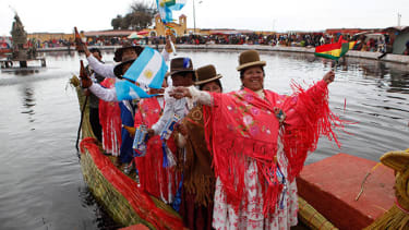 Bolivian dancers don colorful costumes for Guinness record attempt