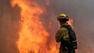 Yosemite fire threatens giant redwoods