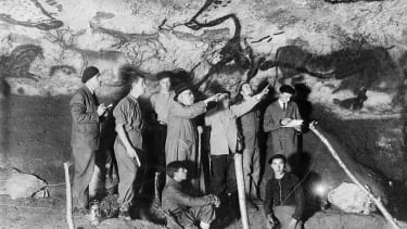 The paleontologist and prehistorian french Henri Breuil (D 3rd) observes with other archaeologists panel in the room aurochs bulls in the cave of Lascaux in 1948 in the town of Montignac in t