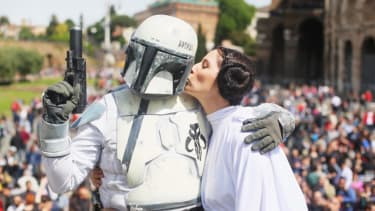 Star Wars nerds will hate this picture of 'Leia' kissing the enemy