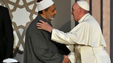 Pope Francis (R) and Sheikh Ahmed al-Tayeb