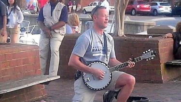 Maryland Gov. Martin O'Malley spotted playing banjo on the street in Annapolis
