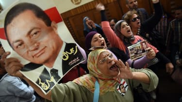 Supporters of Hosni Mubark call for his release in court in 2015.